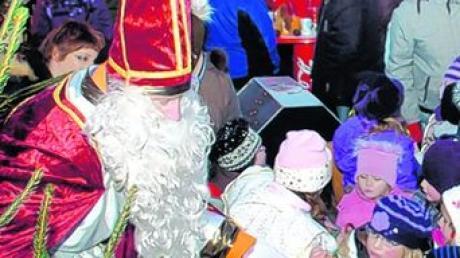 Alle Hände voll zu tun hatte der Nikolaus in Wittislingen, um alle Kinder zu bescheren. Foto: von Neubeck
