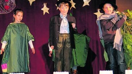 """""""Der Grashofer macht sich eine Weihnachtsfreude"""", das amüsante Stück führte die Klasse 3 b auf. Foto: Karl Stöckner"""
