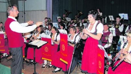 Daniela Knauer (rechts) glänzte als Klarinetten-Solistin mit einem Csardas beim Jahreskonzert des Musikvereins Rothtal Horgau unter Leitung von Dirigent Wolfgang Dippold (links). Foto: Michael Siegel