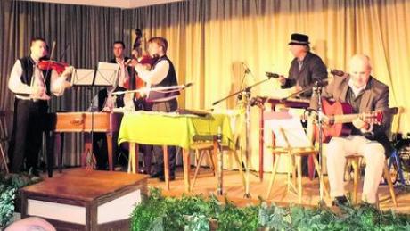 Das Geigenensemble Radosov aus Tschechien und die Mehlprimeln Dietmar und Reiner Panitz rissen in Diedorf das Publikum immer wieder zu Beifall hin. Foto: Monika Hupka-Böttcher