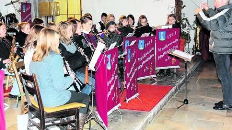 Die Jugendkapelle Pfaffenhofen-Holzheim und die Musikkapelle Pfaffenhofen haben mit ihrem Adventskonzert in der Martinskirche begeistert. Foto: Kapelle