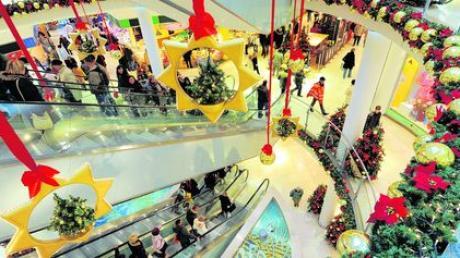 Shopping-Hysterie vor Weihnachten: Die überfüllten Einkaufscenter sind zwar weihnachtlich dekoriert, der Stress bleibt aber trotzdem nicht aus. Doch hier ist es wenigstens trocken und warm. Wesentlich unangenehmer wird die Jagd nach Geschenken in den Fußgängerzonen der Innenstädte bei Kälte, Schnee und Regen. Foto: Hendrik Schmidt, dpa