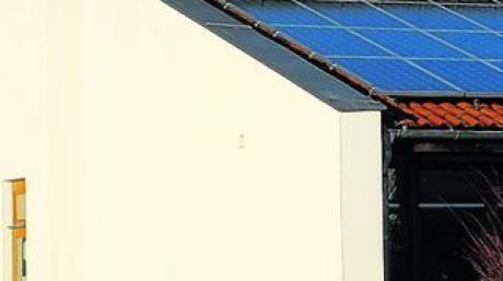 In der Dachform angepasst, aber um einige Zentimeter niedriger wird der Anbau an die Rieder Grundschule, der für zwei Kinderkrippengruppen geplant ist. Foto: Anton Schlickenrieder