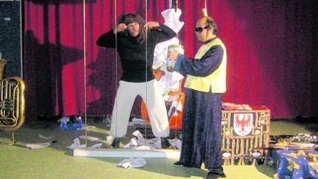 """Das Münchner Theater """"Kultur auf Rädern"""" mit Stephan Lanius (links) und Xizhi Nie gastierte in der JVA Niederschönenfeld. Foto: Arloth"""