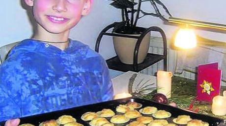 Der neunjährige Caner und seine Orangen-Kokoshäufchen. Foto: Heidi Lemm
