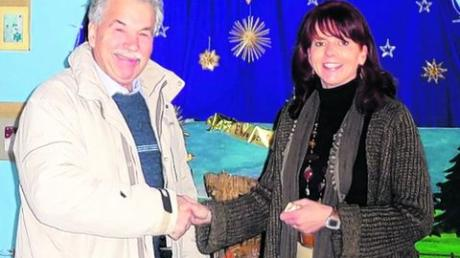 Heinz Kröner übergab 550 Euro an Andrea Schöffel. Foto: Grundschule Graben