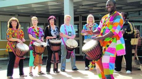 So bunt ist Königsbrunn: Beim Tag der Vereine präsentieren auch die Trommler der Gruppe Kukurudu ihr Können.