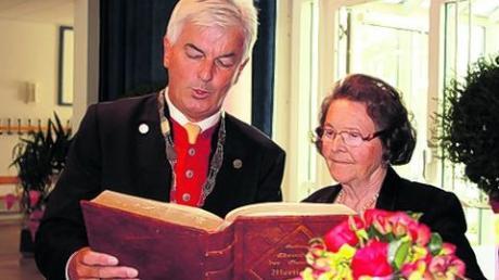 Mertingen verleiht die Ehrenbürgerwürde an Zott-Seniorchefin Frieda Reiter.
