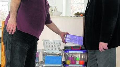 Bastelmaterial hat Tayfun Solgun (links), der neue Jugendpfleger in Windach, schon eingekauft und zeigt es Bürgermeister Walter Graf. Foto: Stephanie Millonig
