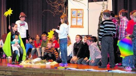 Kinder beschenken das Christkind