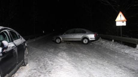Auf schneeglatter Straße ist eine Autofahrerin bei Rommelsried ins Rutschen geraten. Foto: Polizei Zusmarshausen