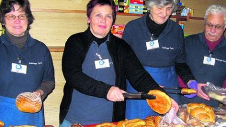 Das Team vom Bobinger Tisch verteilt jede Woche Lebensmittel für mehr als 70 arme Menschen. Foto: Novelli