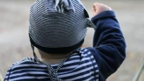 Ein Zweijähriger ist am Mittwochnachmittag in Altenstadt vom Mittagschlaf ausgebüxt.