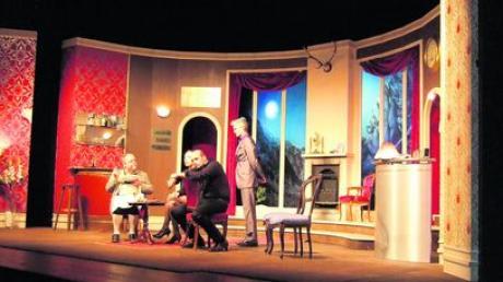 """André Stuchlik als Kultromanfigur """"Kluftinger"""" beim Verzehren seiner Leibspeise Kässpätzle. Das Landestheater führte in Gersthofen die """"Rauhnacht"""" auf. Foto: Sigrid Wagner"""