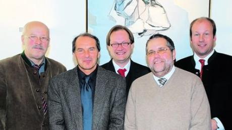 Die neue Führung der Sozialkonferenz: von links Günther Geiger, Dr. Walter Semsch, Pfarrer Fritz Grassmann, Walter Wüst und Landrat Martin Sailer. Foto: BRK