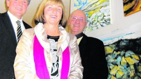 Der Weg ist das Ziel: Bobingens Bürgermeister Lorenz Müller, Künstlerin Angelika Anger und Laudator Roland Friese (v. links) zeigen Wüsten-Impressionen von Angelika Anger. Foto: Melanie Steck
