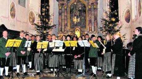 Die Musikkapelle des Marktes Aislingen beim diesjährigen Weihnachtskonzert in der Pfarrkirche St. Georg mit ihrer scheidenden Dirigentin Claudia Petzenhauser (im Bild rechts). Foto: Sturm