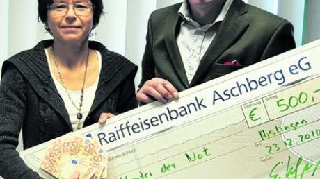 500 Euro spendet Maschinenbau Kerner der Kartei der Not. Auf dem Bild sind die beiden Geschäftsführer Gabriele Kerner und Elmar Wimmers zu sehen. Foto: Bronnhuber