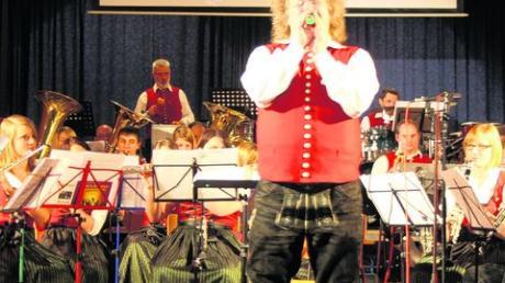 """Den Auftritt von Dirigent Klaus-Jürgen Herrmannsdörfer als Sänger des Swing-Klassikers """"Just a Gigolo"""" honorierten die Zuhörer mit begeistertem Applaus. Foto: Harry Klofat"""