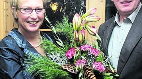 Mit Blumen bedankte sich Zweiter Bürgermeister Karl Simon bei Bürgermeisterin Marlene Preißinger für die gute Zusammenarbeit. Foto: hak