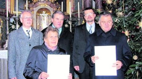 Für 40 Jahre aktives Singen im Megesheimer Kirchenchor wurden Inge Wünsch und Hans Löfflad (vorne) geehrt. Dahinter (von links): Pfarrgemeinderatsvorsitzender Josef Schneider, Kirchenpfleger Ulrich Lechner und Pfarrer Tomasz Swat.