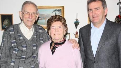 Leopold Forche mit Ehefrau Sophie und stellvertretendem Bürgermeister Roman Tyroller. Foto: Helene Monzer