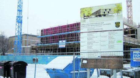 Der Neu- und Umbau der Berufsschule in Lauingen ist schon weit fortgeschritten. Wie das Projekt am Ende aussehen wird, das können die Spaziergänger auf der angebrachten Tafel sehen. Foto: Bachmann