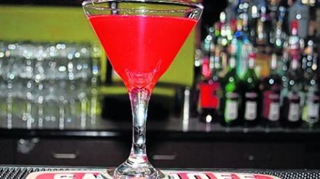 Cocktails wie dieser Cosmopolitan sind bei jeder Silvesterparty ein Renner.