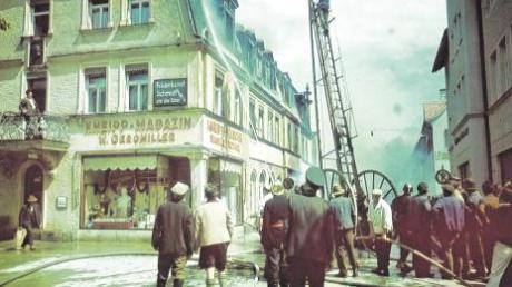 Wörishofen unterm Hakenkreuz (oben): Der Abiturient Simon Ledermann (Foto mittlere Reihe, rechts) hat sich in seiner Facharbeit mit einem dunklen Kapitel der Stadt beschäftigt. Das linke Foto zeigt ein Lesebuch mit Hitler-Konterfei, das Bild unten die Folgen eines Flugzeugabsturzes mitten in Bad Wörishofen, im Geromillerhaus.