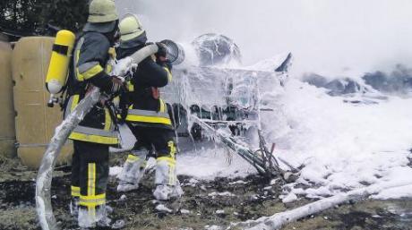 Wasser marsch: Die Feuerwehren aus Amberg und Türkheim mussten einen Brand auf einer Amberger Wiese löschen, den Kinder beim Zündeln verursacht hatten. Das Feuer griff auch auf landwirtschaftliche Geräte über.