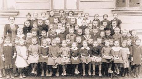 """Die Buben und Mädchen auf diesem Klassenfoto aus Pfaffenhausen wären heute alle so um die 100 Jahre alt. Viele von ihnen glaubten damals wohl noch daran, dass sie vom Storch gebracht oder aus dem """"reichen Brunnen"""" bei Oberrieden geholt worden wären. Rund um Türkheim ging damals die Mär, dass die Hebamme die Babys aus der Wertach fischt."""