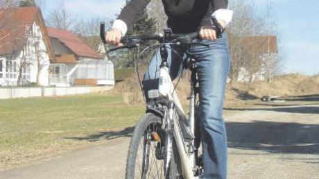 Als einzige Bewerberin für das Bürgermeisteramt in Apfeltrach ist Karin Schmalholz kaum zu bremsen. Die 58-Jährige fährt in ihrer Freizeit gerne Rad – und hat übrigens nur fürs Foto ausnahmsweise auf den Helm verzichtet.