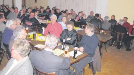 Gut besucht war die Bürgerversammlung in Schlingen, doch die Amtsleiter (im Vordergrund) hatten wenig Fragen zu beantworten. Für die Kirchturmsanierung sicherte Bürgermeister Klaus Holetschek 20000 Euro zu.