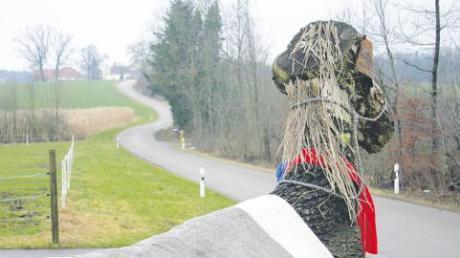 Landschaftlich höchst reizvoll liegt die Ortsverbindungsstraße zwischen Baumgärtle (im Hintergund) und Bedernau. Jetzt soll die Straße voll ausgebaut und damit frostsicher werden.