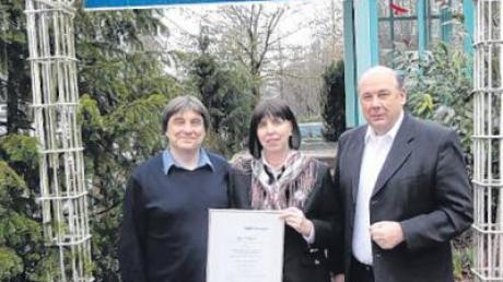 Sie sind stolz auf die Zertifizierung (v. li.): Dr. Hans-Jörg Ohlert, Ute Ammerpohl sowie Dr. Heinz Leuchtgens.