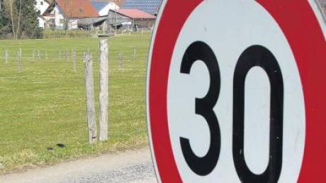 Weil sich Anwohner über Raser beschwert haben, gilt an der Einfahrt in den Stettener Mühlbachweg aus Richtung Erisried seit kurzem Tempo 30.
