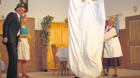Haben es mit einem Gespenst zu tun – wenn auch nur auf der Bühne: Max Natterer als Knecht Ludwig, Marion Zink als Sophie und Conny Salzborn als Philomena.