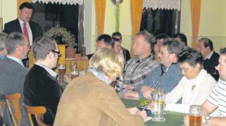 """Auf ein """"bewegtes, arbeitsreiches und auch erfolgreiches Jahr"""" blickte Bürgermeister Hermann Lochbronner (stehend) bei der Bürgerversammlung in Kirchheim zurück. Auch für 2011 stehen viele Aufgaben an."""