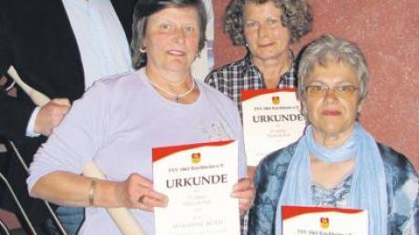 Der scheidende Vorsitzende Karl Scheifele (li.) bedankte sich bei Sebastian Freisinger, Marianne Höld, Viktoria Schmid und Anneliese Puchner für ihre langjährige Vereinstreue.