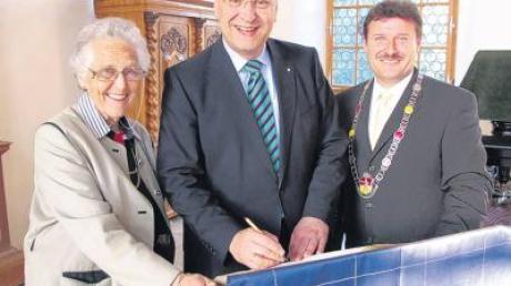 Im Beisein von Fürstin Angela Fugger von Glött und Bürgermeister Hermann Lochbronner trug sich Innenminister Joachim Hermann ins Goldene Buch Kirchheims ein.
