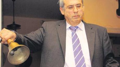 """""""Eine Glocke zur Ermahnung habe ich bei meinen braven Bürgern eigentlich gar nicht nötig"""", witzelte Bürgermeister Peter Schropp bei der Bürgerversammlung in der gut besuchten Gemeindegaststätte in Stetten."""
