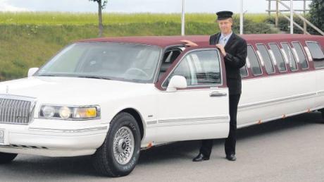 """10000 Kilometer ist Florian Maier nach eigenen Worten durch ganz Deutschland gefahren, nur um irgendwo die Genehmigung für sein Auto zu bekommen. In Landau in der Pfalz hatte er schließlich Glück: Er bekam für sein zwölf Meter langes Gefährt letztlich den """"TÜV"""" – dank eines Umbaus und einer Ausnahmegenehmigung."""