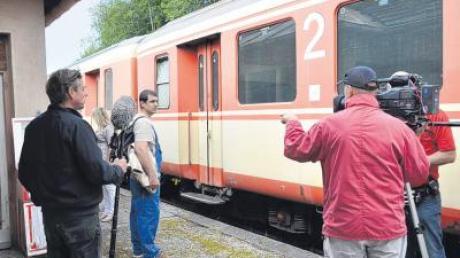 Eigentlich geschah die Geschichte von Damir Simic (im Blaumann) im Zollernalbkreis bei Tübingen. Doch gedreht wird in der Staudenbahn und am Bahnhof Anhofen bei Markt Wald. Die Staudenbahn eignet sich besonders gut für Filmprojekte.