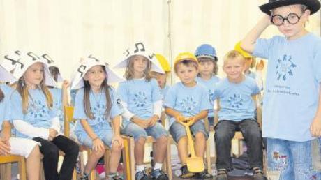 In einem lustigen Theaterstück stellten die Kinder bei der Jubiläumsfeier zum 30. Geburtstag des Kindergartens Sankt Georg den Bau der Breitenbrunner Einrichtung dar.