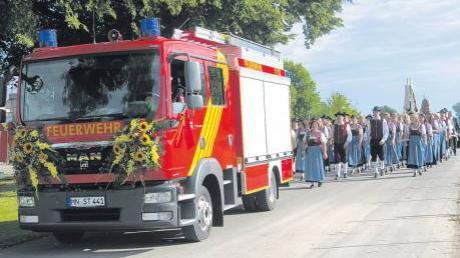 Bei einem festlichen Kirchenzug hat die Freiwillige Feuerwehr Stetten ihr neues Fahrzeug präsentiert. Zu der Segnung waren auch zahlreiche Feuerwehren aus der Umgebung gekommen.
