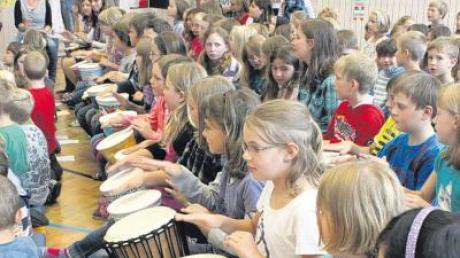 Die Kinder der Klasse 3b der Grundschule Dirlewang trommelten viele gute Wünsche für ihren Rektor Günther Spring, der in den Ruhestand geht.