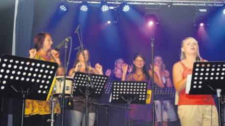 """Mit ihrem breiten Repertoire und den gelungenen Arrangements überzeugten die Sängerinnen der """"Sunnies"""" ihr Publikum in Dirlewang. Zweimal war die Turnhalle ausverkauft und die Zuschauer begeistert."""