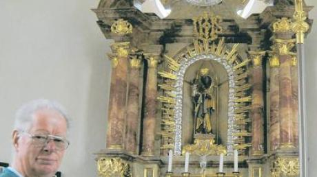 Der Kirchenpfleger und sein Sorgenkind: Günther Heinrich zeigt den Altar der Marienkapelle, der dringend saniert werden müsste.