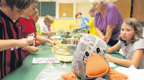 Paula Print und die Kinder kochen in Dirlewang zusammen mit Christl Schreer Apfelgelee und Mirabellenmarmelade.