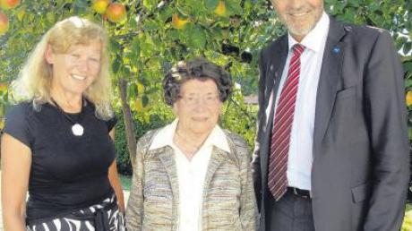 Bürgermeisterin Karin Schmalholz und Landrat Hans-Joachim Weirather gratulierten Maria Rimmel zum 103. Geburtstag.
